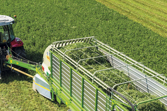 Caricamento-con-falcia-autocaricante-Bonino-loading-zero-grazing-forage-wagon-chargement-de-herbe-avec-faucheuse-autochargeuse-carga-con-segador-autocargador-Laden-mit-Mähladewagen