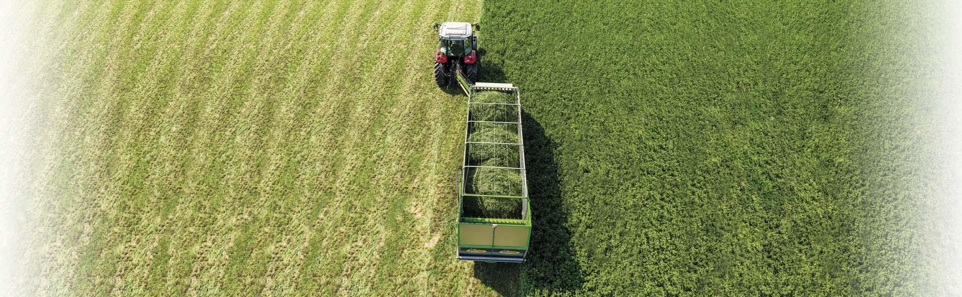 Falcia-auto-caricante-Bonino-al-lavoro-Self-loading-mower-machine-zero-grazer-in-tow-working-faucheuse-autochargeuse-en-action